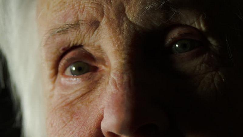 Край стигнахме дъното ! Касиерка изгони пенсионерка от хипермаркет, защото не й стигна едно левче, за да си плати покупките