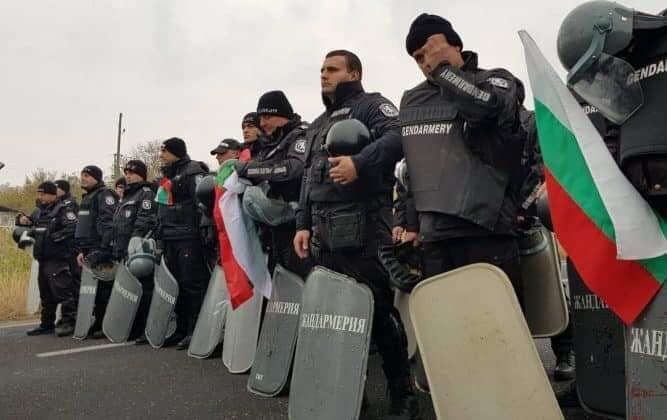 Респект! Полицията свали каските в Свиленград! В очите на мъжете и от двете страни се появиха сълзи… СНИМКИ