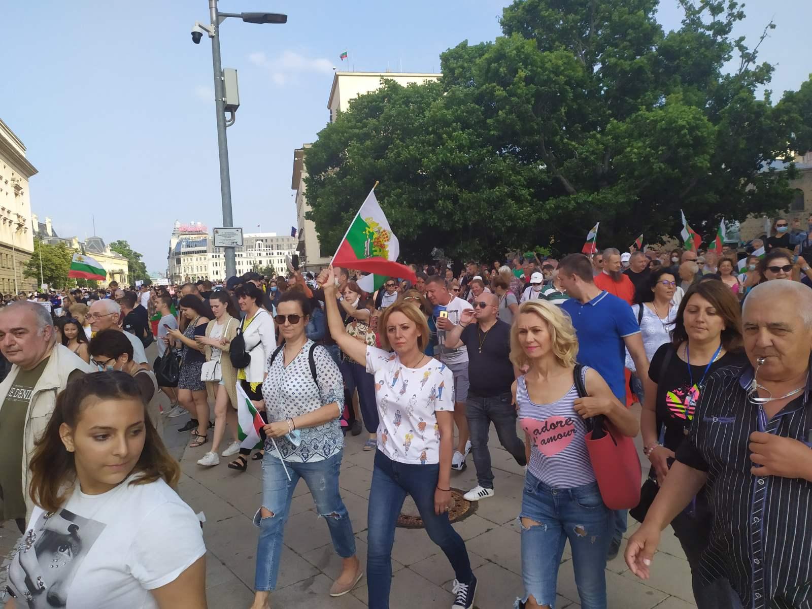 Манолова към Борисов: Не вдигайте отново ръка срещу народа си!