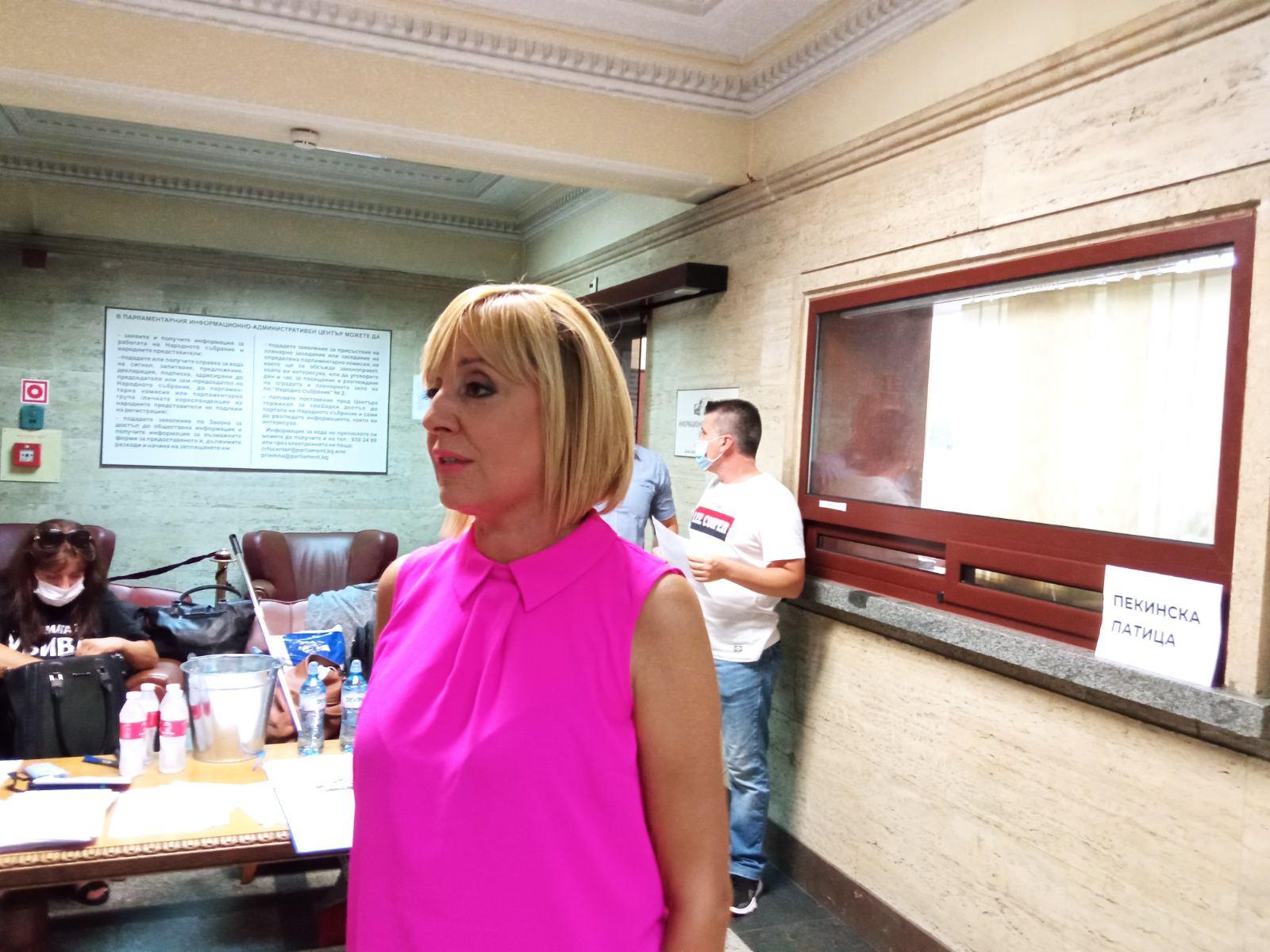 Манолова: Оставаме в парламента заради наглото и безобразно поведение на Караянчева