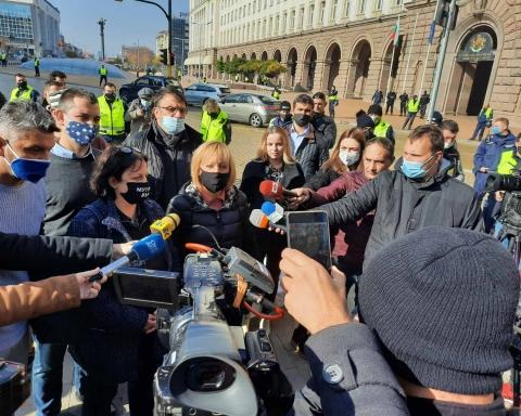 Манолова: Борисов дезертира. Остави лекарите и хората да се оправят сами