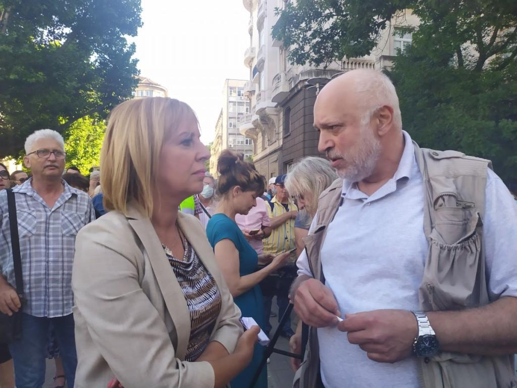 """Манолова и """"Отровното трио"""" ще инсталират болнични легла пред Министерския съвет в 124-ия ден на протеста"""