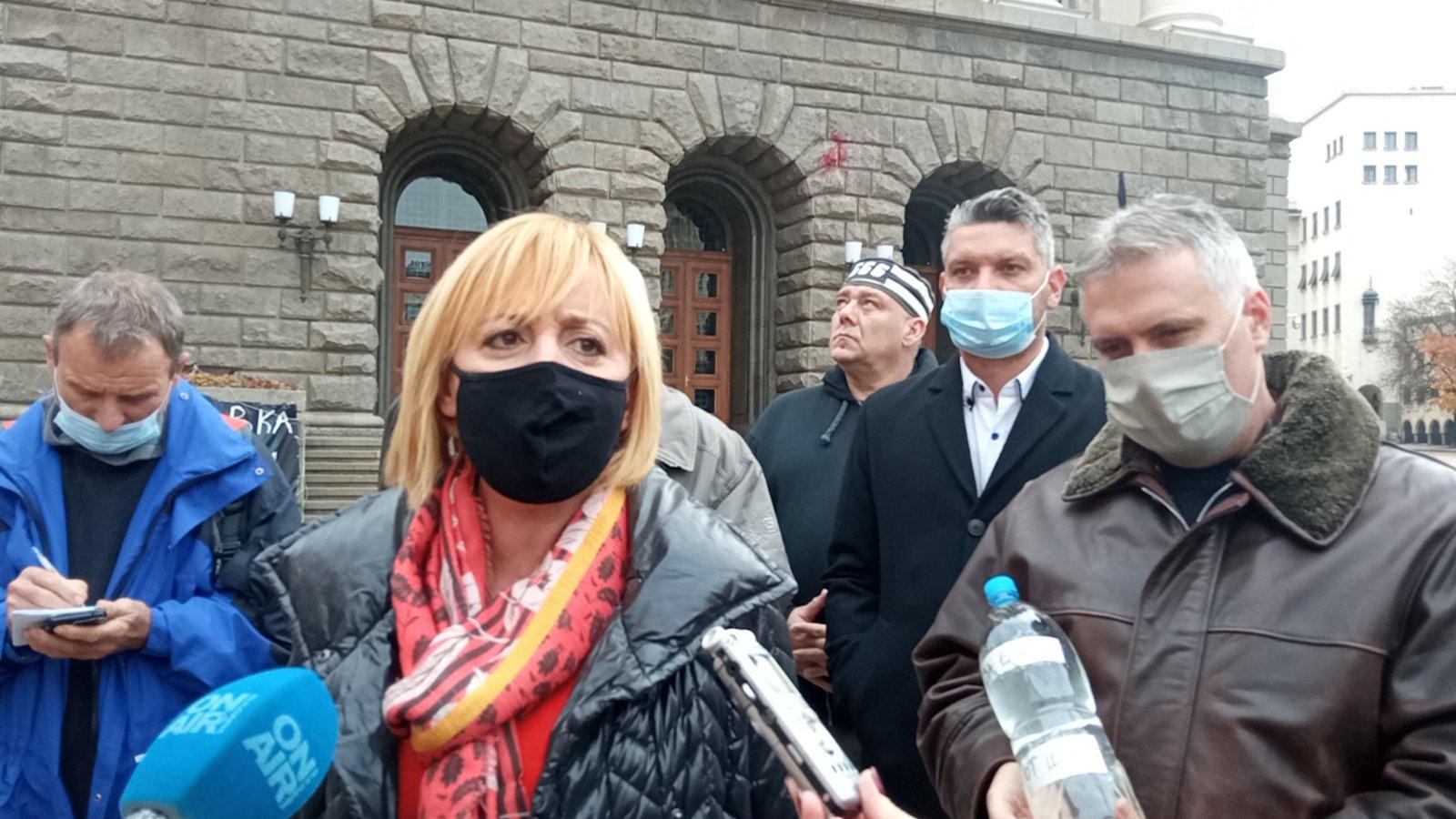 """Манолова и Йордан Йорданов от Шумен оставиха пред Министерски съвет за Бойко Борисов бутилка с мътна питейна шуменска вода, която жителите на града отдавна не използват за пиене Борисов незабавно да разпореди на регионалния министър да оттегли новия Закон за ВиК и да уволни всички, които са участвали в подготовката на този проект на закон. Освен, че е юридически неграмотен, той нарушава правата на българските граждани и е срещу тях. Това заяви председателят на Гражданската платформа """"Изправи се.БГ"""" Мая Манолова пред медиите в София днес по повод новия Закон за ВиК, с който цената на водата ще се увеличи. Според Манолова този закон е опасен за българските граждани, защото нарушава техните потребителски права и ще доведе до поскъпване на водата и национализиране на общинските ВиК-дружества. С този закон се въвеждат три такси за достъп до вода. Те наподобяват сградната инсталация при """"Топлофикация"""" – дори и да не се използва услугата, ще се плаща достъп до питейна вода, канализация и за пречиствателна станция, обясни още тя. Манолова допълни, че таксите за достъп няма да са обвързани със социалната поносимост на цената на водата, няма да имат таван и ще се определят както реши властта. В Закона за ВиК липсва и обяснение какво е """"беден потребител"""" и кой ще получава водна помощ, каза още тя. Буди недоумение защо се предвиждат индивидуални договори за промишлените потребители, а за битовите потребители няма. Има договори за Общи условия, но ВиК-дружествата не са длъжни да ги обявяват на сайтовете си и те могат да бъдат тайни. Не е ясно дали в тези Общи условия ще има изискване за качеството на водата, защото в Закона няма предвиден механизъм, ако водата е с лошо качество, да е на по-ниска цена или ако няма вода, да не се плаща такса достъп, обясни още Манолова. Тя подчерта, че се предвижда и създаване на """"нова КЕВР"""" от трима души, която да е само за водата. Тя ще се избира от парламентарното мнозинство и мнозинство от двама души в нея ще решават цената на водата в различн"""