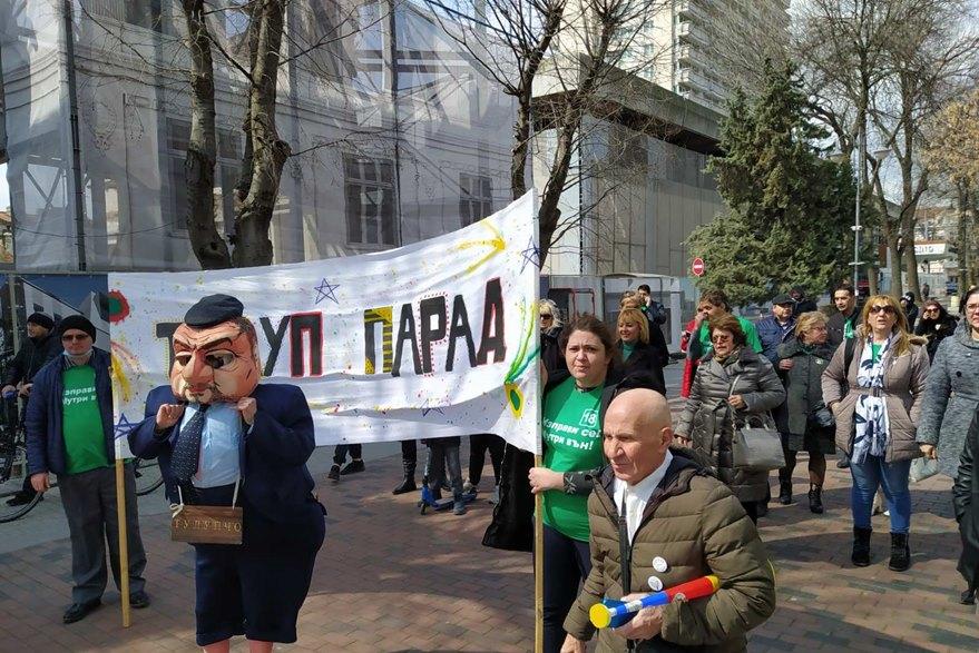 """Манолова и Таня Дончева се включиха в """"Тулуп парад"""" във Варна"""