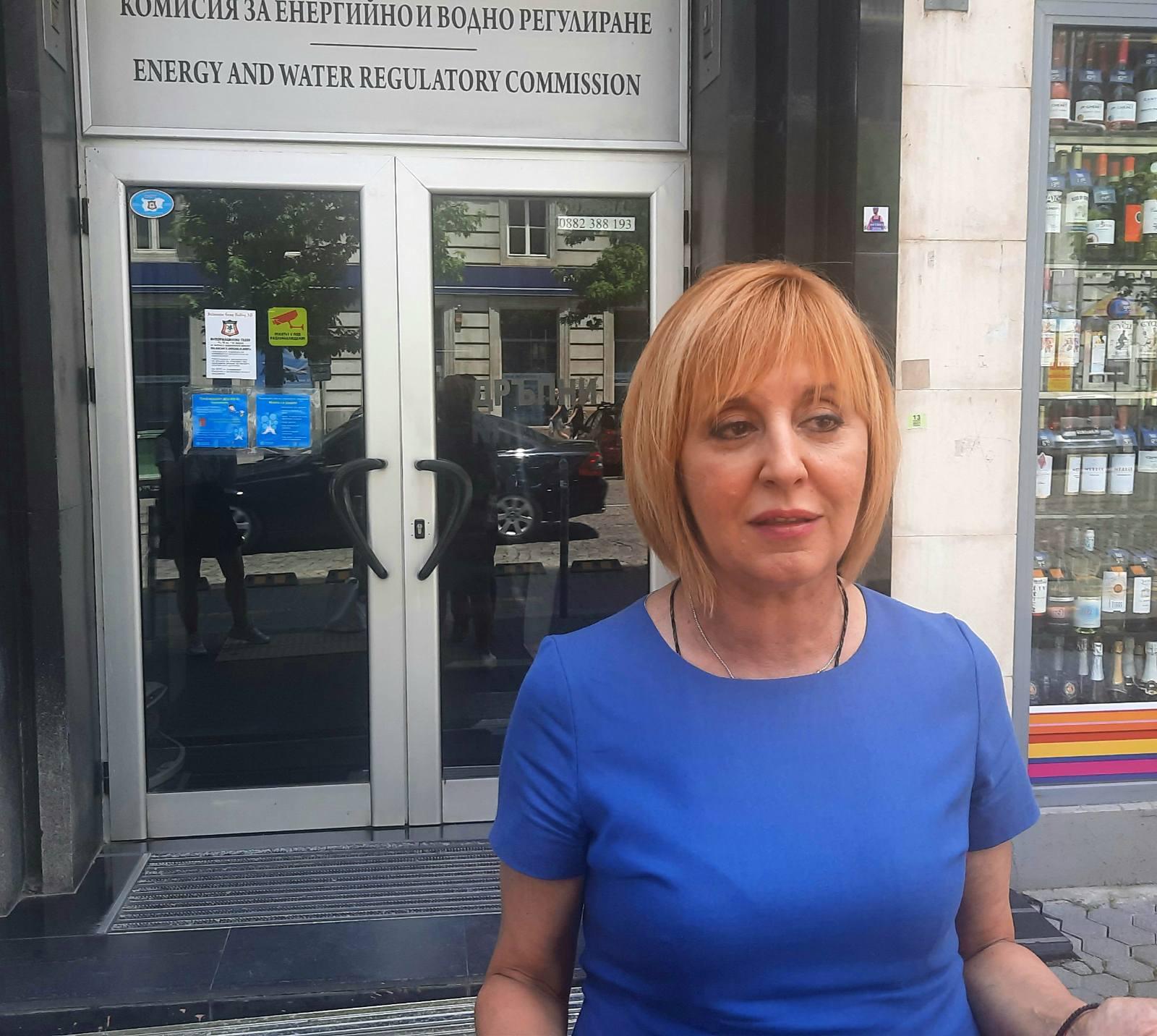 Манолова: КЕВР да подаде оставка заради увеличението на цените на тока и парното