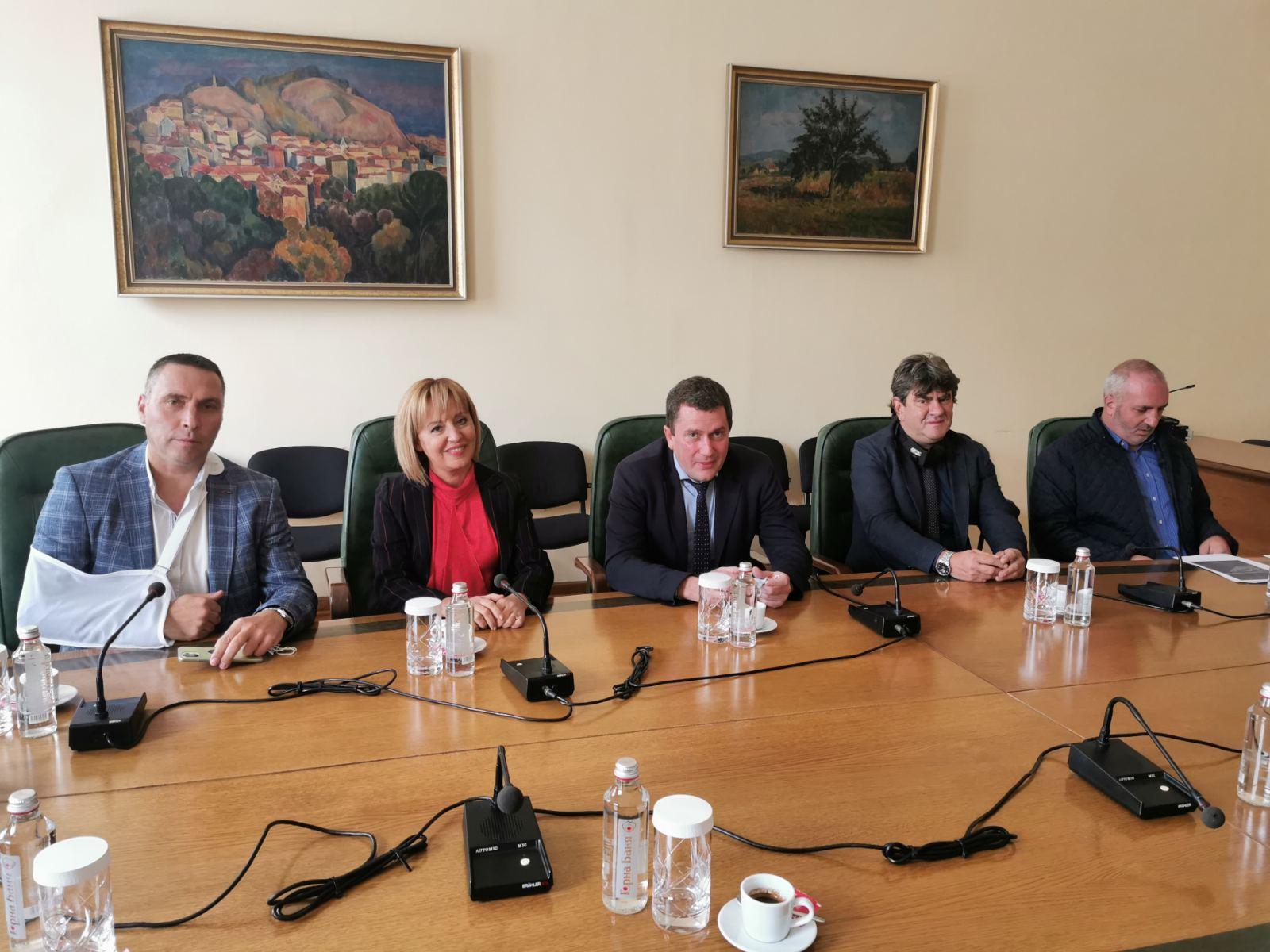 Манолова и кметовете на селата около Перник се срещнаха с регионалния министър за пътя София - Перник през Владая
