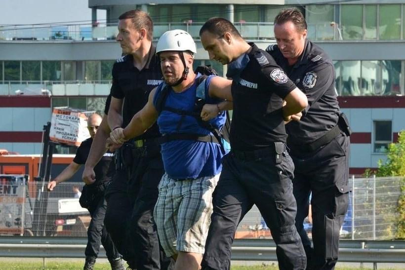"""Адвокати от """"Изправи се БГ! Ние идваме!"""" и """"Демократична България"""" спечелиха делото на протестиращ от БОЕЦ"""